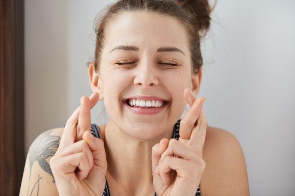Bild von einer jungen Frau, die sich mit einer Parodontose Behandlung geschützt hat