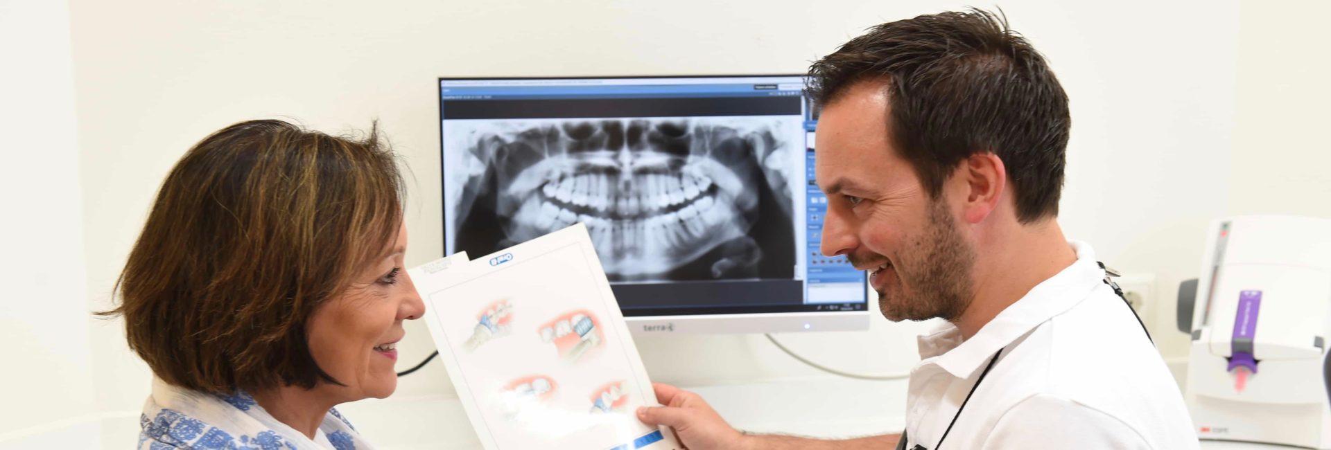 Zahnarzt klärt Frau auf