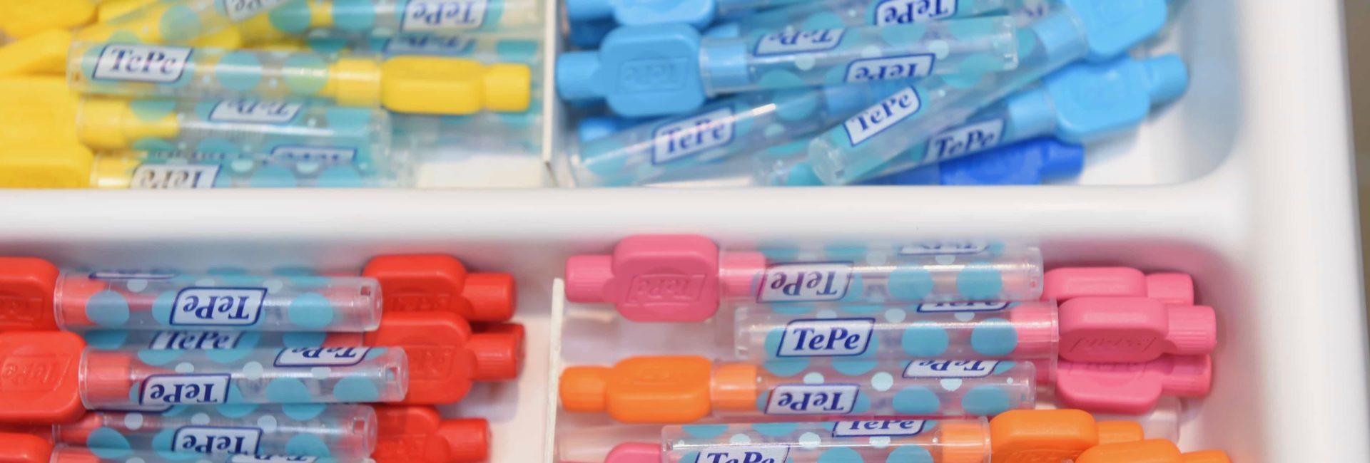 Professionelle Zahnreinigung mit Hilfsmitteln für die Zahnzwischenräume